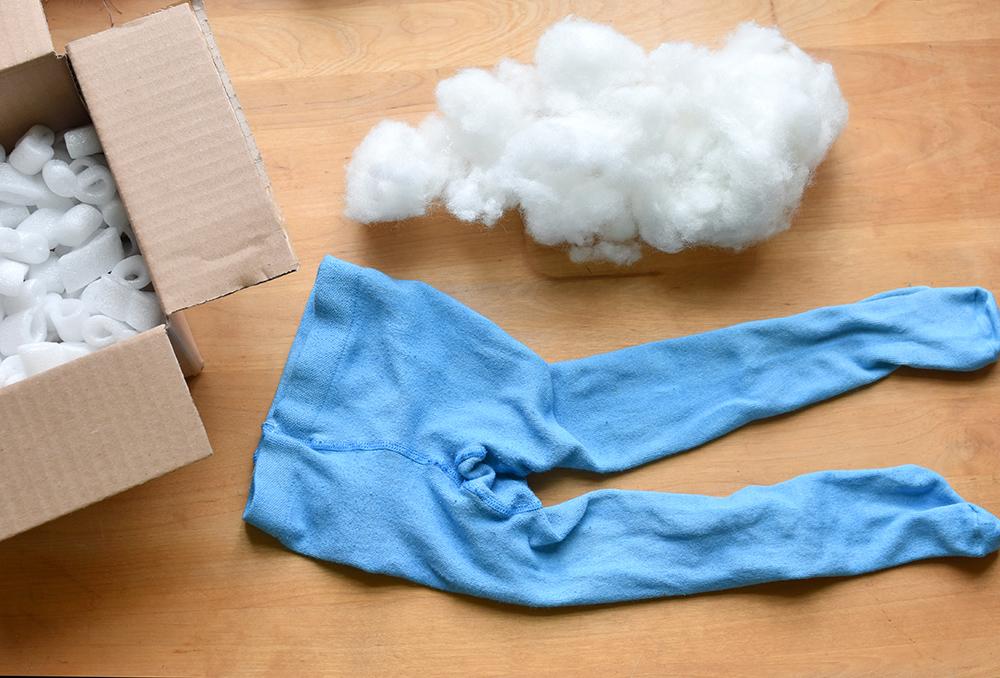 Kinderstrumpfhose zum Kostüm umfunktionieren: Tentakeln ausstopfen