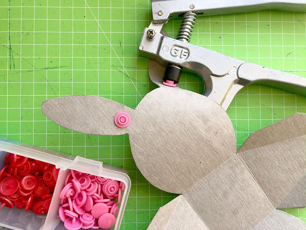 Osterhasen-Box basteln: Snaps in die ohren drücken